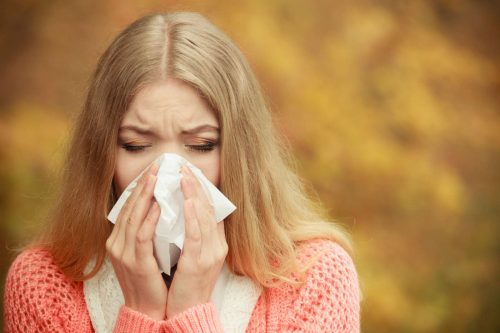 allergisk tjej som snyter sig