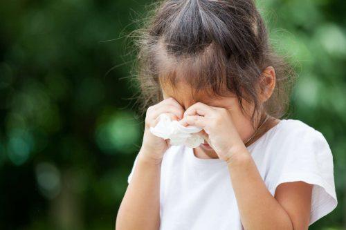 Barn med allrgisymptom kliar sig i ögonen
