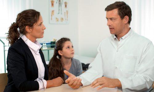 barn på läkarbesök
