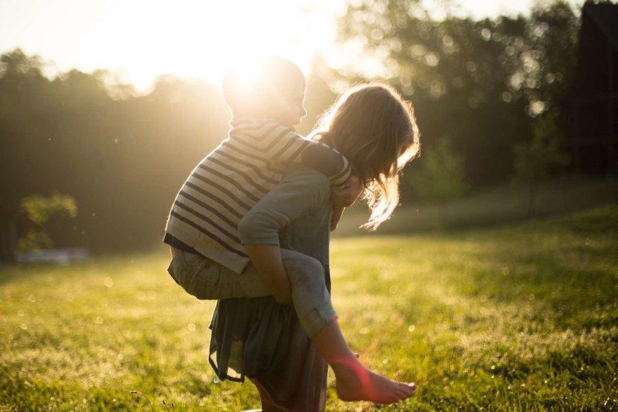 Barn leker i gräset