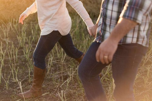 Par promenerar i gräset